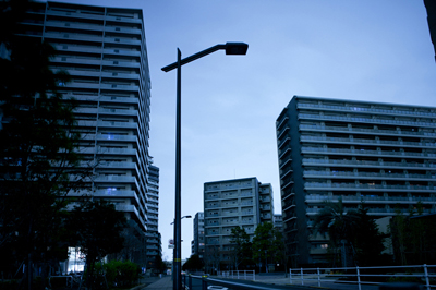 東京が緊急事態宣言発令に加え20時以降消灯へ!5月は世界戒厳令か!?